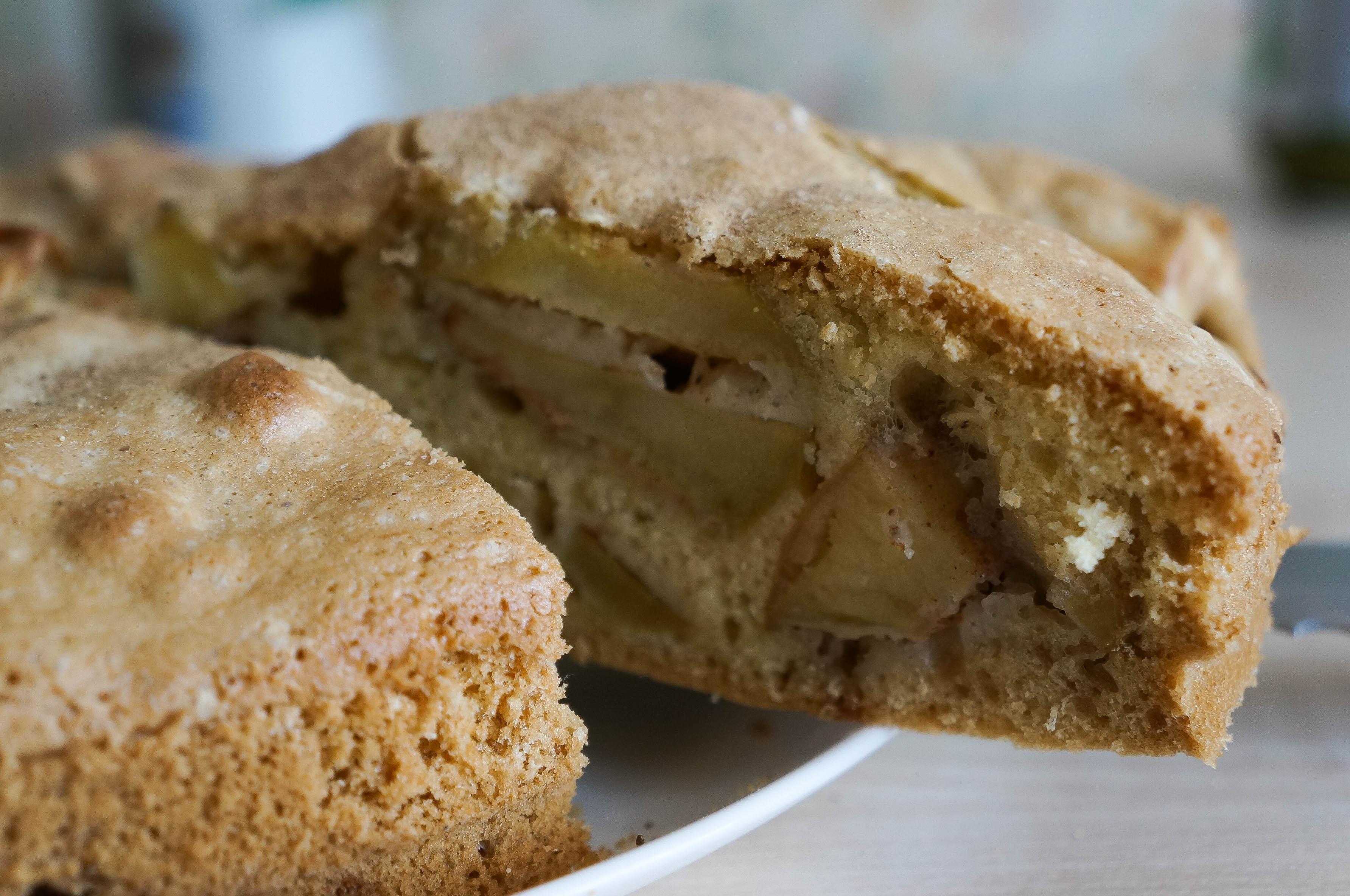 Рыхлые яблоки не очень подходят для этого пирога: они «растают» в тесте, и вкус получится не тот.