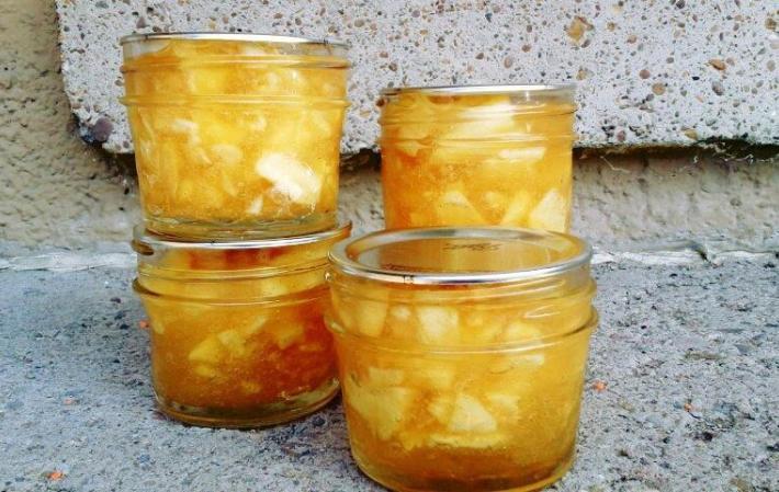 В кипящую воду или бульон добавить подготовленный рис и нарезанный картофель.