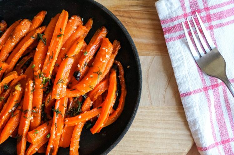 Морковь, запеченная с кунжутом в медовом сиропе
