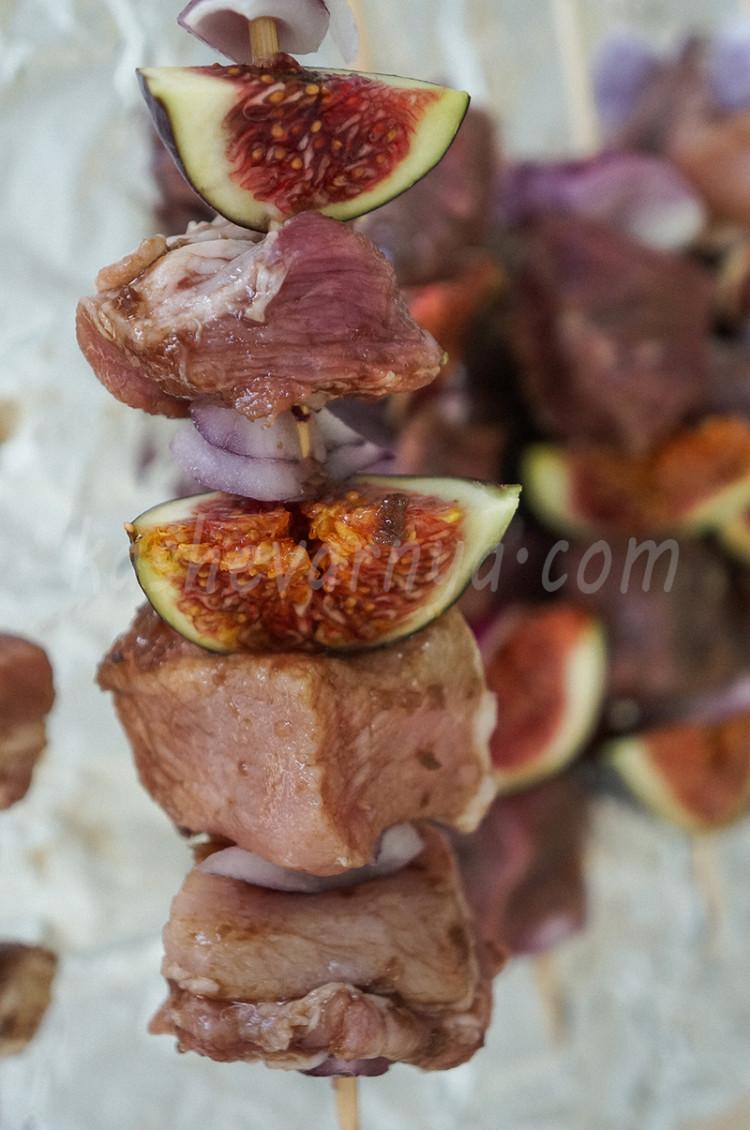 Шашлык маринованный в бальзамическом уксусе с инжиром и красным луком на гриле