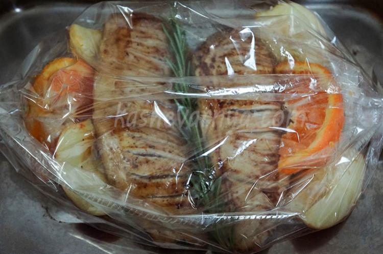 Запеченные куриные грудки с мандаринами, розмарином и яблоками