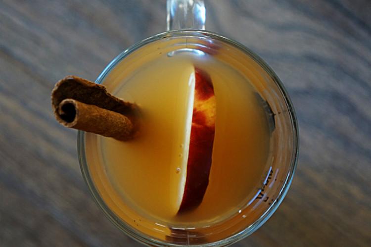 Горячий пряный яблочный сидр