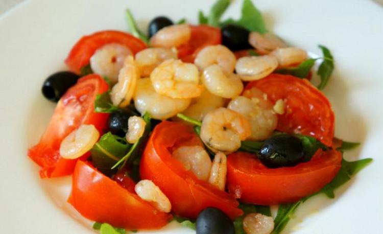 Летний салат с креветками, рукколой и помидорами