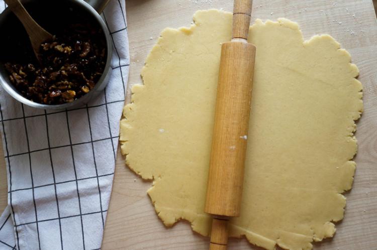 Пирог с ореховой начинкой и карамелью