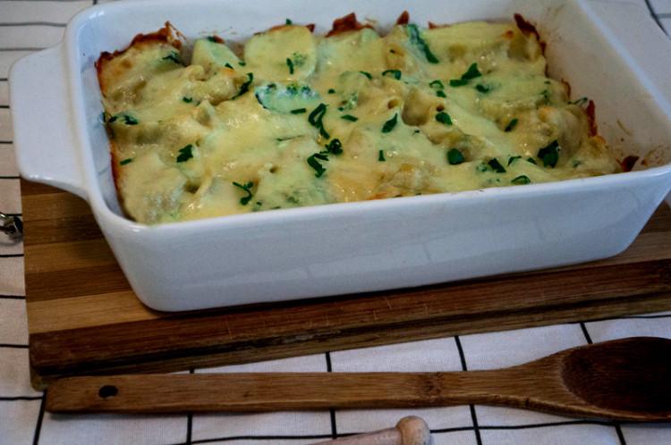 Запеканка из фаршированных макарон сыром и шпинатом