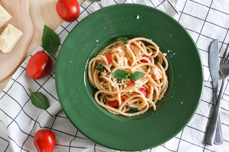Паста Капрезе: с курицей, помидорами и моцареллой