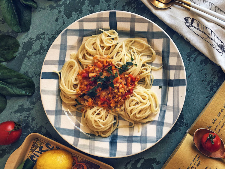 Спагетти с соусом из чечевицы