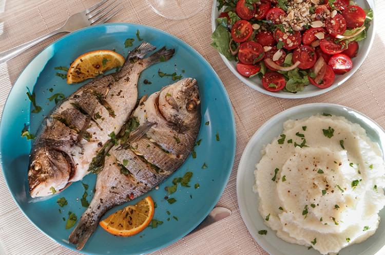 Ужин на двоих: запеченная дорада, пюре из цветной капусты, салат из помидоров черри с орехами
