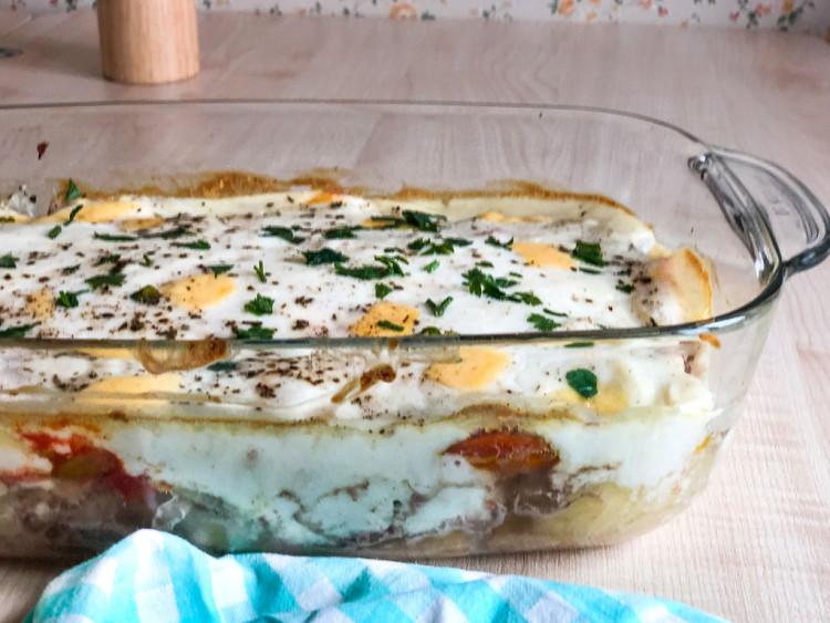 Запеканка с фаршем и овощами под соусом Бешамель