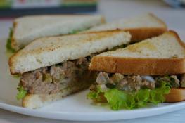 Сэндвич с тунцом и листьями салата