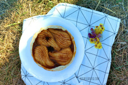 Пирог из слоеного теста с грушами в карамели